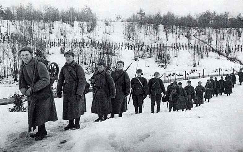 Русский солдат унижает финских солдат в битве, но дождитесь финального поворота!