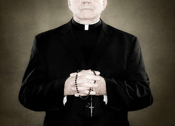 Священника остановили на таможне, но то, что он сказал там — самое смешное!