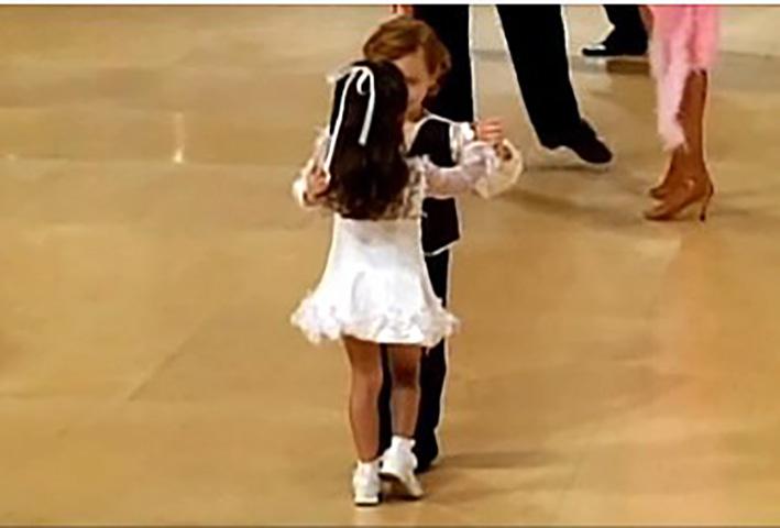Пары заполняют танцпол, но эти маленькие танцоры полностью завоевывают все внимание!