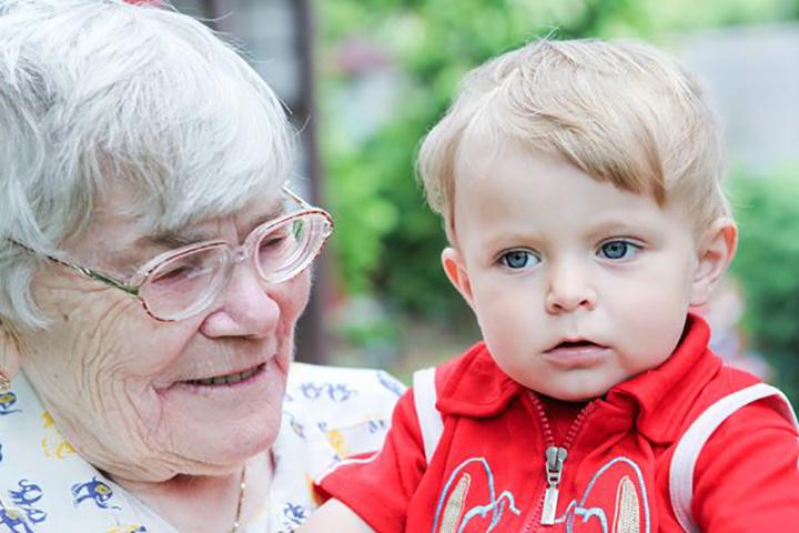 Пожилую леди попросили присмотреть за ее правнучкой, но ее реакция на визит подруги – так весело!