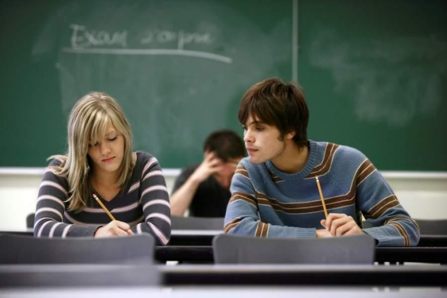 Студент, который сидел рядом с ним, списывал у него каждый ответ. Но как он обманул его – весело!