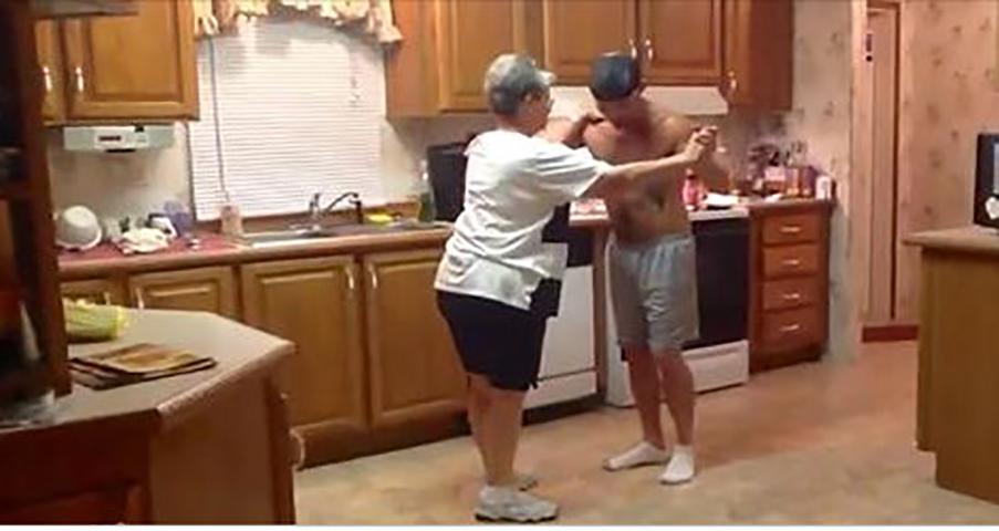 Сын хватает маму за руку, когда начинает играть их любимая песня, их танец заполонил интернет!