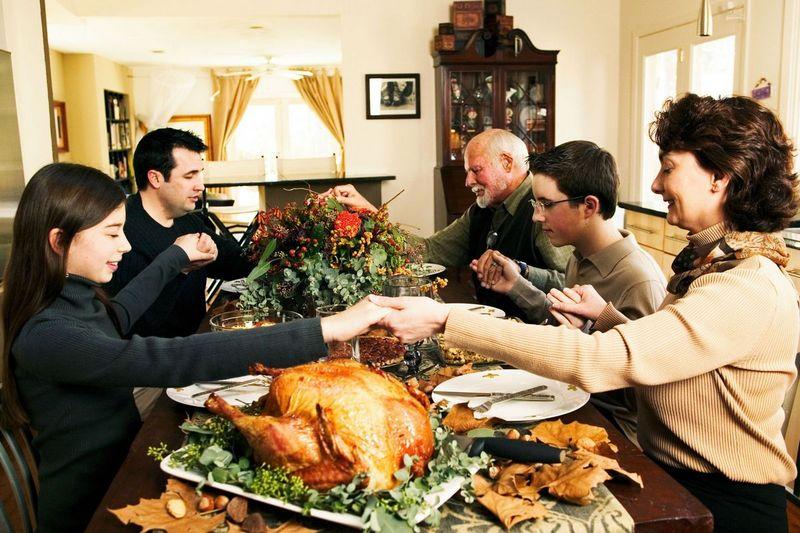 Сын получает телефонный звонок от отца перед Днем Благодарения. Он такого явно не ожидал!