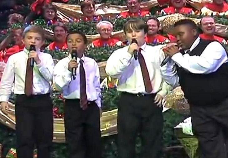 Молодой квартет исполняет песню в церкви, толпа взрывается от смеха, когда они слышат мальчика в жилетке!