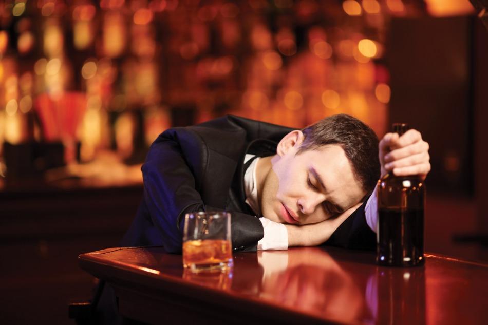 Байкер издевался над невинным человеком в баре, но последствия для него ужасны!