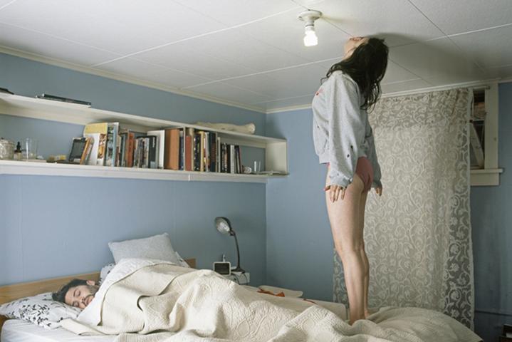 Женщина, которая жила этажом выше, всегда вела себя очень шумно, даже в ночное время суток. Ее возвращение — это гениально!