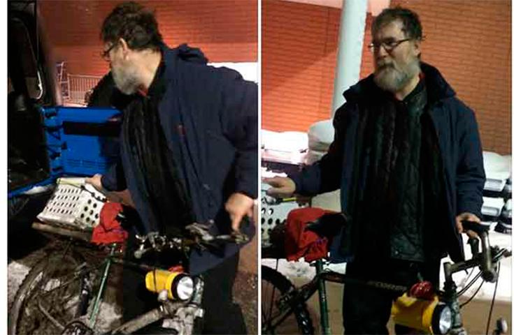 Человек признается, что ему нужно ездить на велосипеде, чтобы работать для оплаты счетов. Но он никогда не ожидал этого от незнакомца!