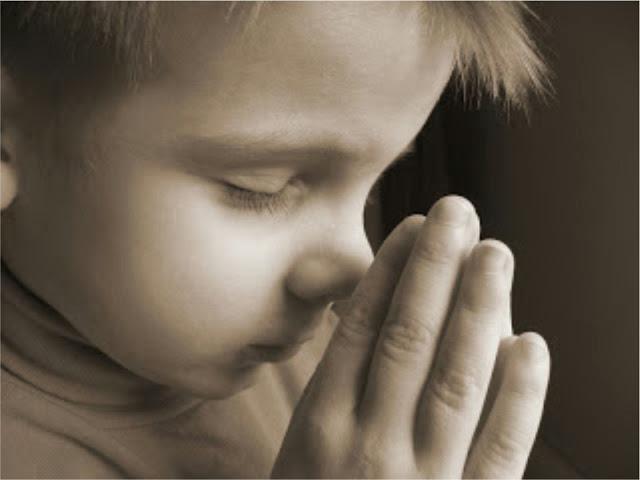 Маленький мальчик выкрикивал свои молитвы. Причина? Очень смешно!