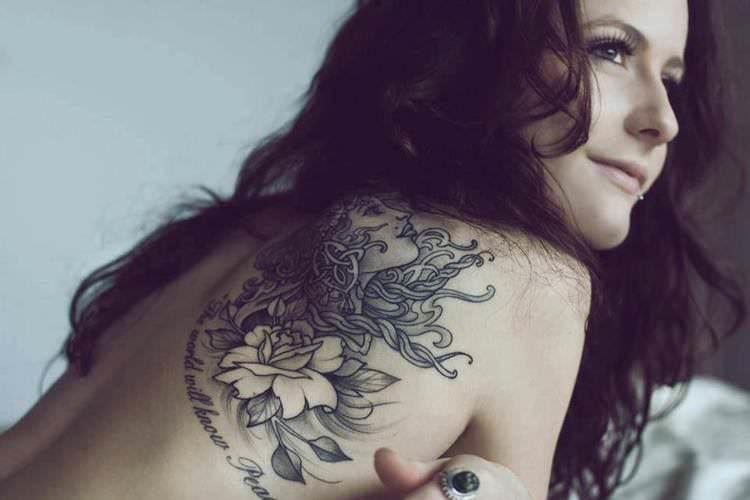 Этот парень продолжал беспокоить ее, потому что у нее были татуировки. То, что произошло далее – золото!