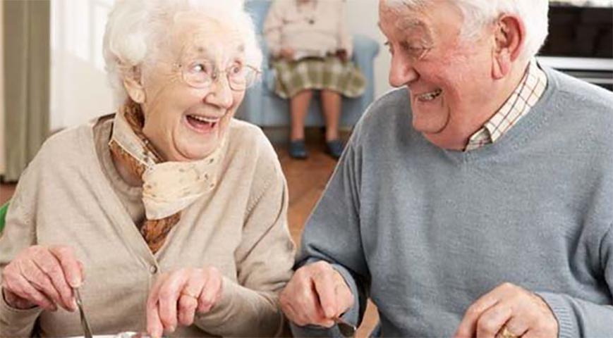Официантка отказывалась приносить им завтрак без яиц, но то, что делает эта старушка — просто гениально!