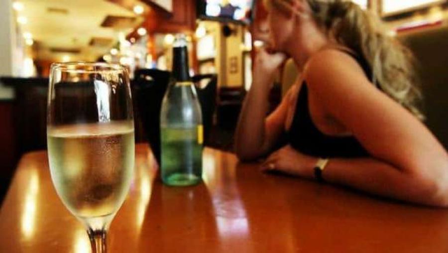Он услышал, как парень разговаривает со своим другом о том, чтобы подсыпать что-то в напиток девушке в баре. Но его ответ оставил их в шоке!