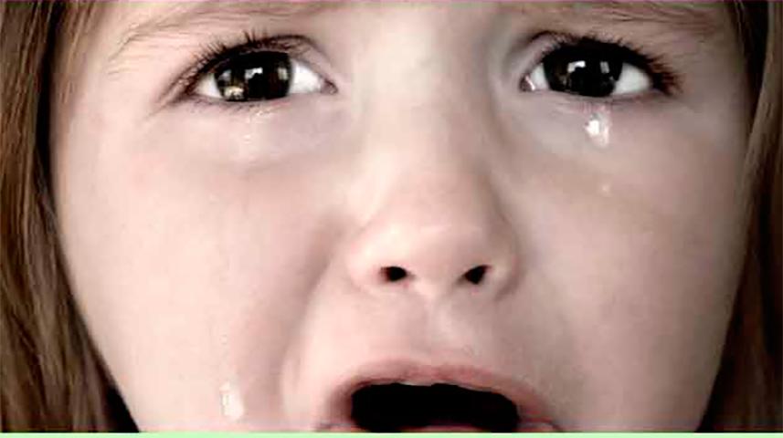 Маленькая девочка в слезах спросила ее маму, почему они не могут позволить себе купить ей платье. Но мама рыдает, когда произошло это!