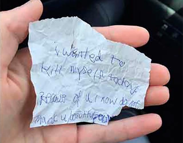 Подросток шокирован, когда человек, которому он помог, вручил ему эту записку. Это душераздирающе!