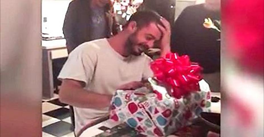 Мать беспокоится за своего подавленного сына. Тогда она делает ему подарок, который оставляет всех в слезах!