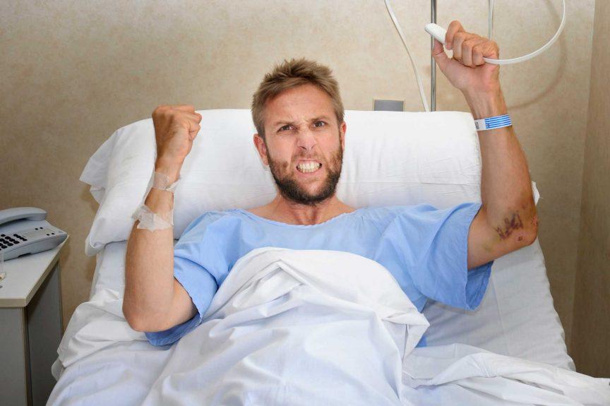 Больной человек оказывается один в больничной палате. Причина этого просто невероятна!