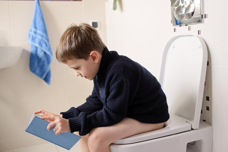 Женщина решила проверить, почему ее 4-летний сын, так долго в туалете, но его объяснение – уморительно!
