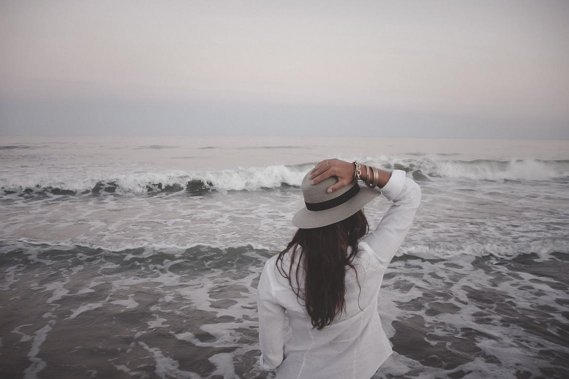 Женщина продолжала встречаться с загадочной девочкой на пляже. Истина, которая раскрылась перед ней — просто захватывает дух!