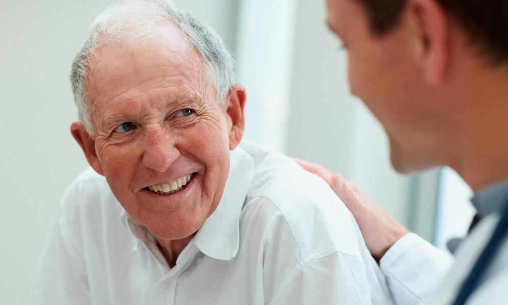 Пожилой мужчина получает новую пару слуховых аппаратов, но то, что он делает после этого – невероятно!