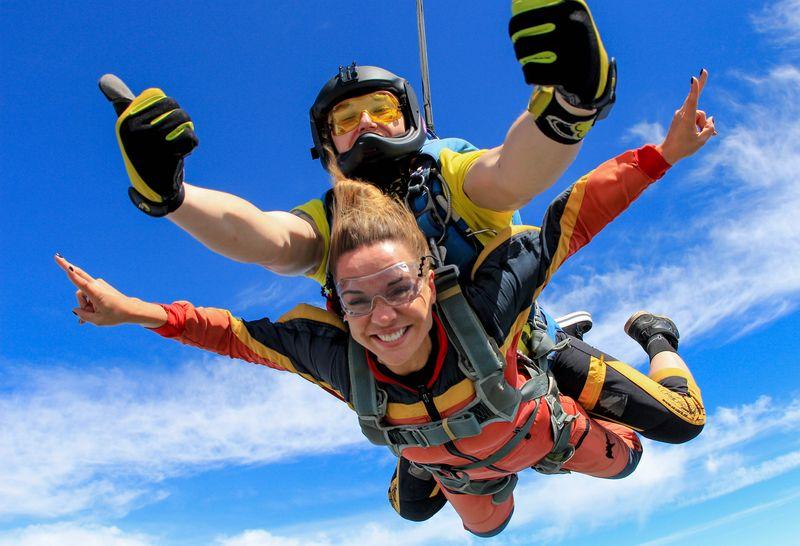 Леди тренировалась для своего первого прыжка с парашютом, но то о чем она спросила инструктора – невероятно!