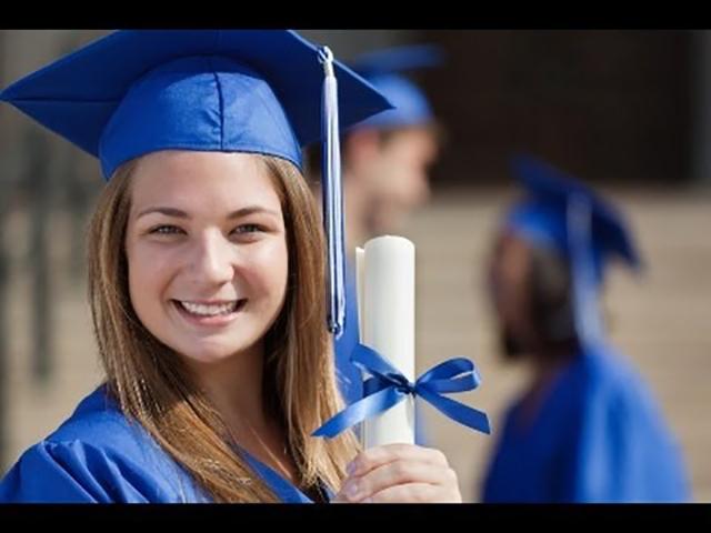Отец бросил ее в первый день учебы, но она была потрясена, увидев это на выпускном!