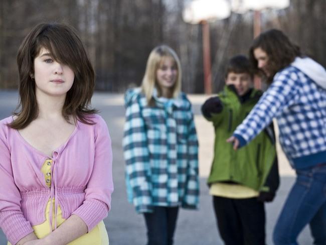 Популярные девушки со школы толкнули ее в лужу грязи и рассмеялись. То, что последовало после этого — оставило их безмолвными!