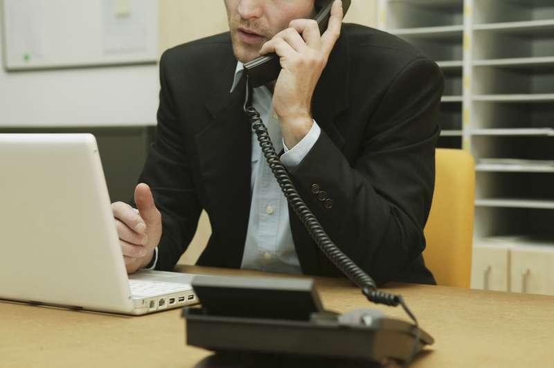 Он подслушал, как эта женщина говорила его менеджеру, что ее дети голодны. Но шокирован его ответом!