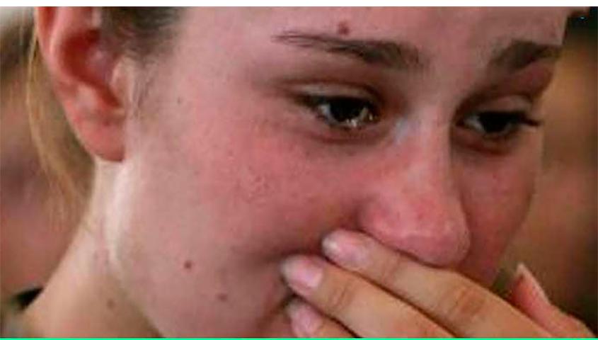 Ее отчим пришел к ней домой, когда ее мама скончалась. Но она потеряла дар речи, когда он сделал это!