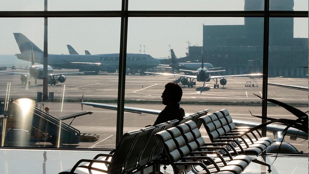Он подслушал этого отца, который говорил очень странные слова своей дочери в аэропорту. Это бесценно!