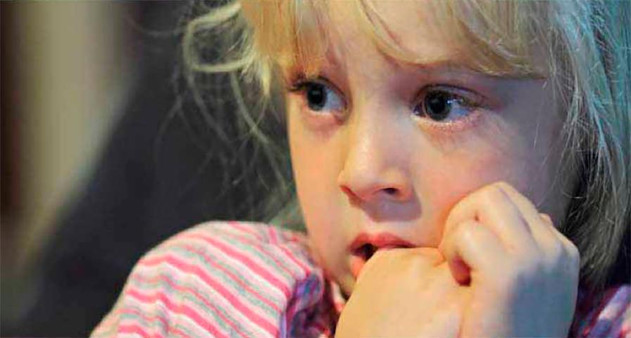 Маленькая девочка испугалась, когда к ней подошел мужчина, пока она ждала свою мачеху. Но потом произошло это!
