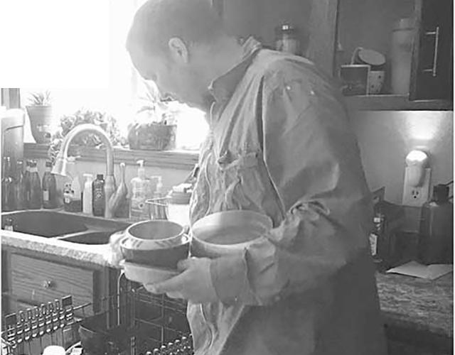 Его друг посмотрел на него с удивлением, когда он сказал, что хочет помыть посуду. Его ответ – один на миллион!
