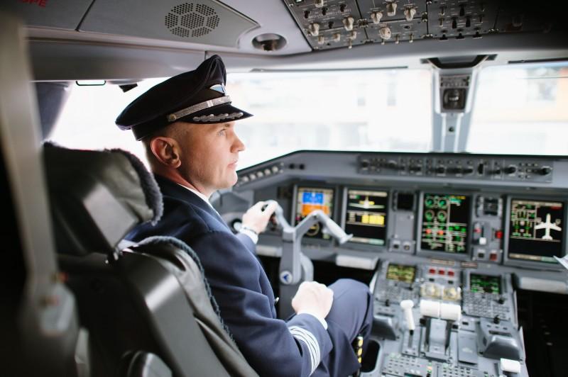 Командир рейса делает шокирующее объявление по громкой связи, но дождитесь продолжения!