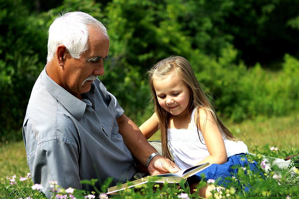 Она продолжала поглаживать морщинистую щеку своего дедушки. Но ее дед не ожидал такого наблюдения!