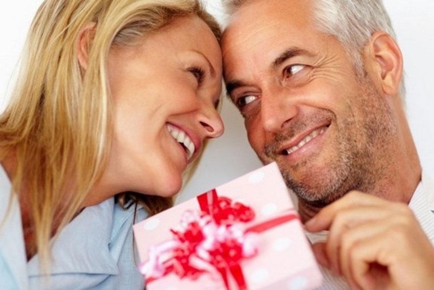 Слепой мужчина покупает романтичный подарок для своей жены, но прочтите, что произойдет дальше!