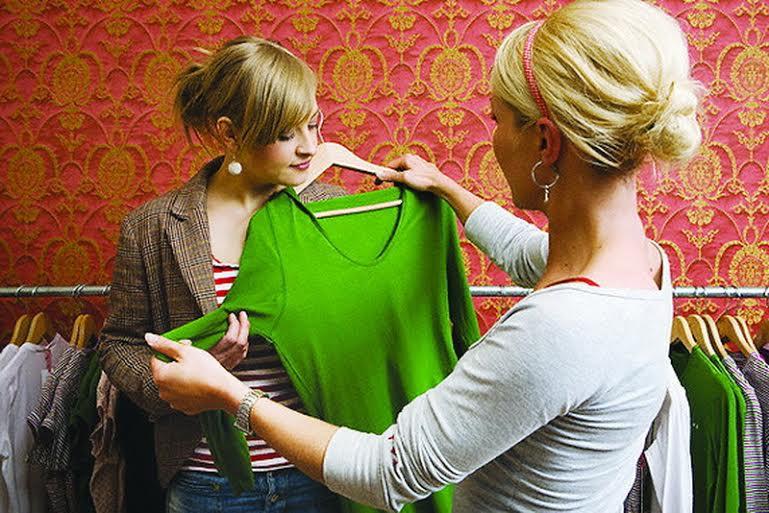Женщина шокирована, когда продавец отказывается помочь ей из-за ее веса. Но то, что произошло дальше – золото!