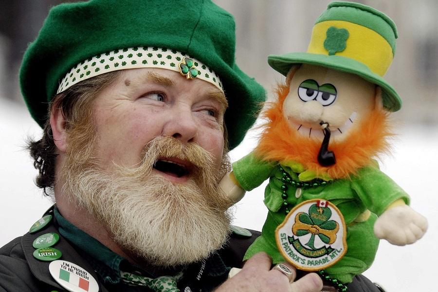 Три англичанина пытаются разозлить ирландца, но его возвращение – бесценно!