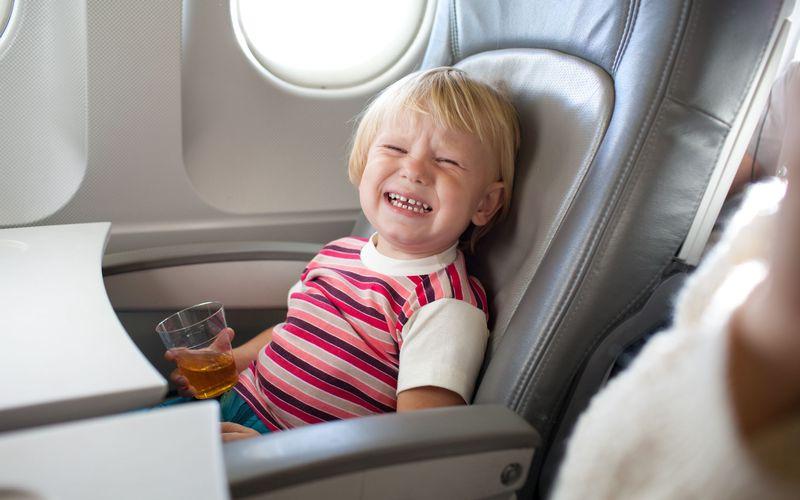 Мама беспомощна, когда сын устраивает дикую истерику во время полета. Как этот генерал успокаивает его – гениально!