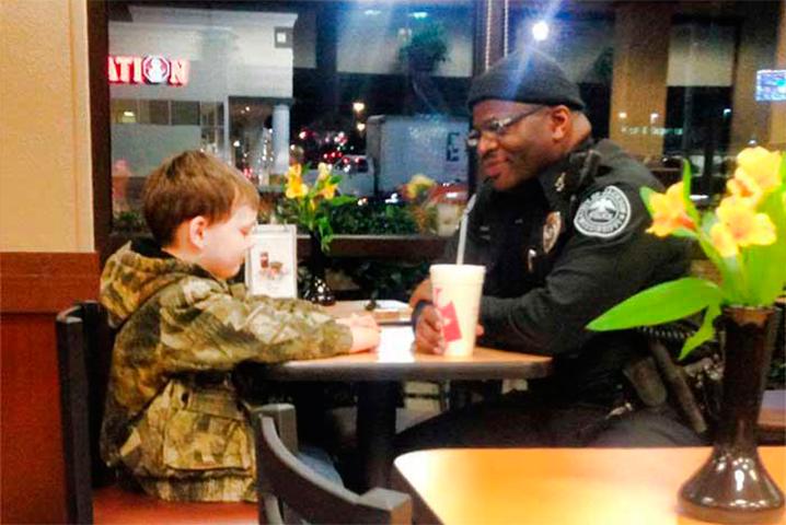 Пятилетний мальчик никогда не ожидал ЭТОГО, когда он пытался поговорить с полицейским. Вау!