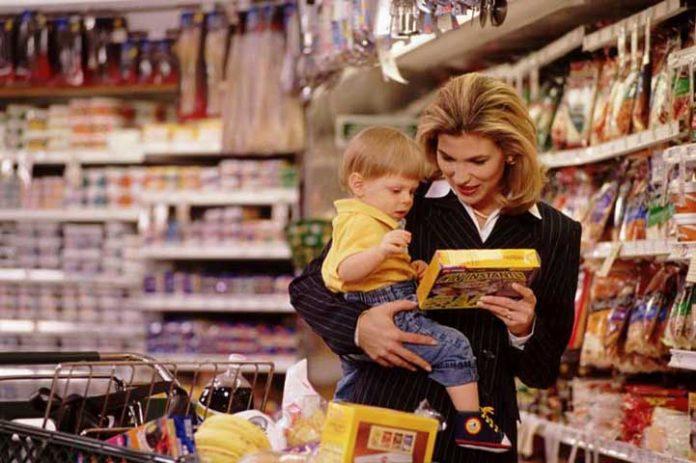 2-8-696x463 Ребенок этой женщины раздражал всех в продуктовом магазине. То, что делает эта девушка – невероятно!