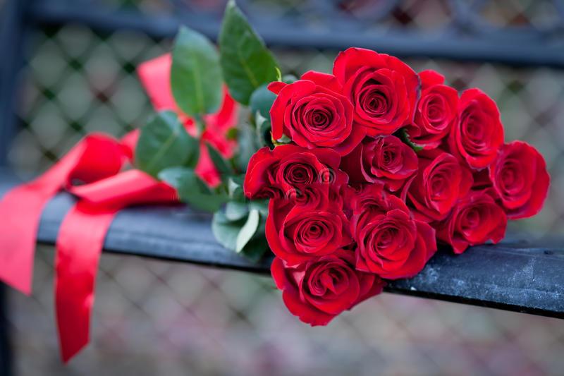У мужчины не было денег, чтобы купить розы для своей жены. Тот, кто предложил ему помощь не ожидал услышать это!