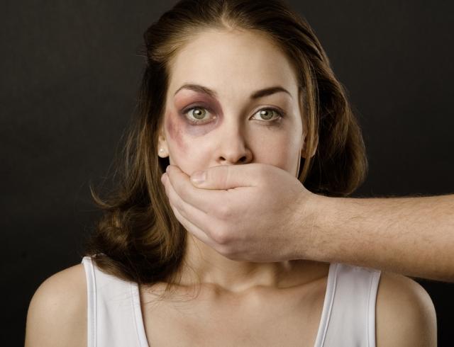 Он заметил, что эту замученную женщину оскорбляет ее муж. То, что он сделал дальше, вероятно, спасло ее жизнь!