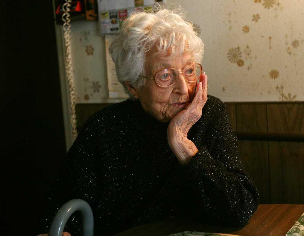 Этот 80-летний мужчина сказал, что опаздывает на встречу с женой. Это так трогательно!