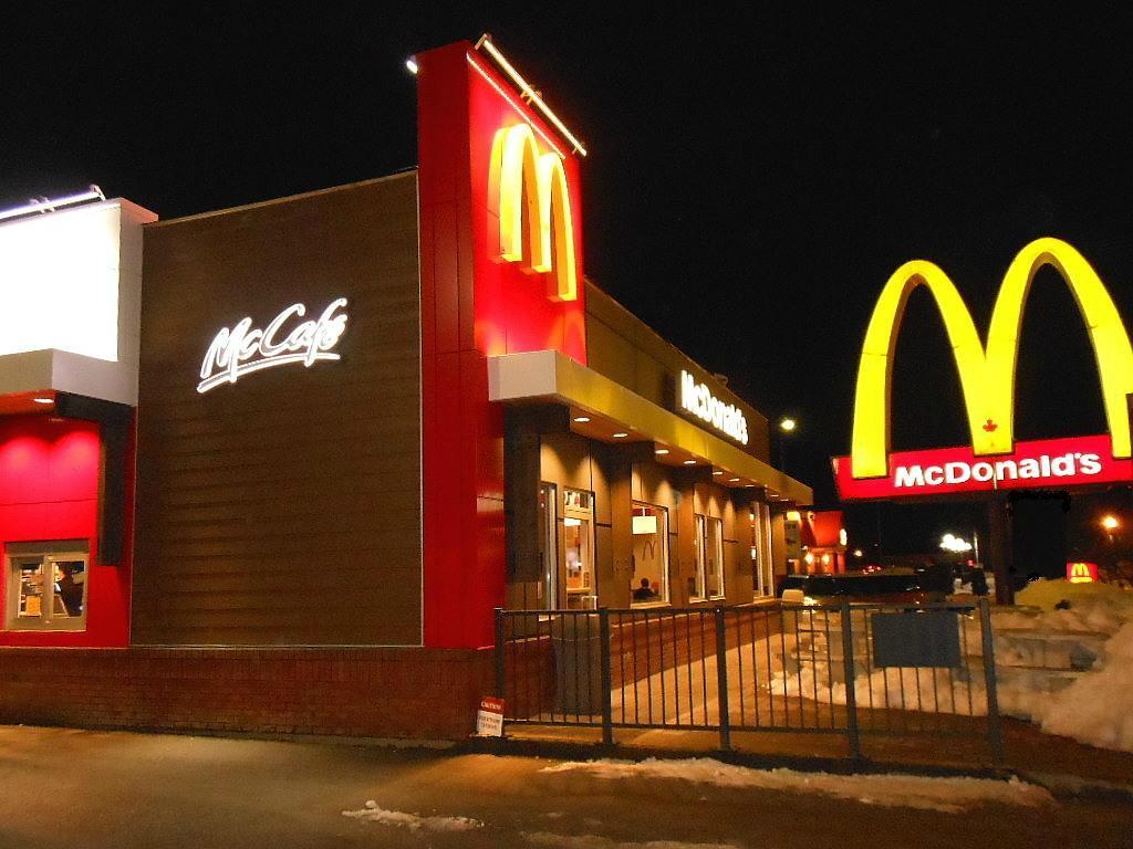 В один холодный зимний вечер, пожилая пара зашла в Макдональдс. То, что происходит дальше – восхитительно!