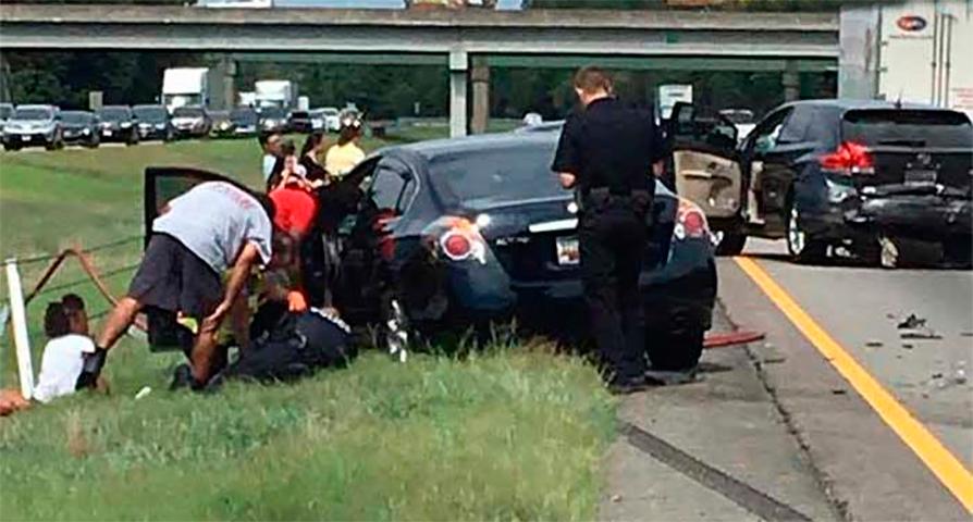 Восьмилетний мальчик начинает паниковать после того, как он попал в автокатастрофу. Но не ожидал, что офицер сделает это!