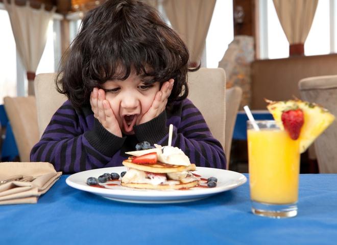 Эта мама не остановила своего сына, когда он грубо общался с официанткой. Но была шокирована, когда другой клиент сделал это!