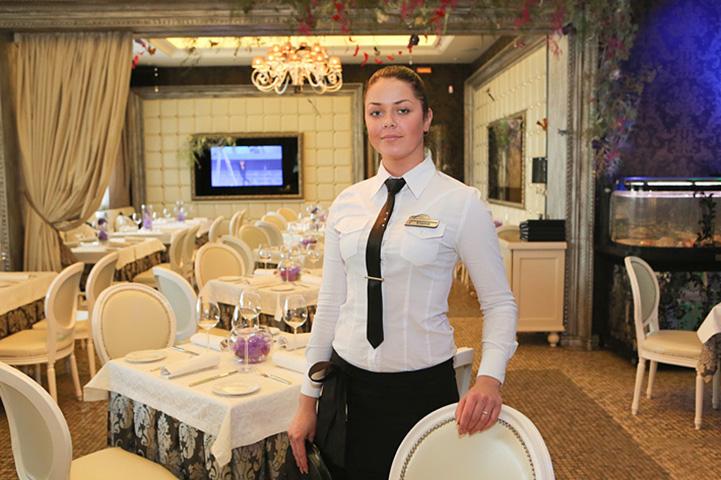 Эта богатая женщина устроила сцену, потому что увидела официантку в своем дорогом салоне. Ответ официантки – бесценный!