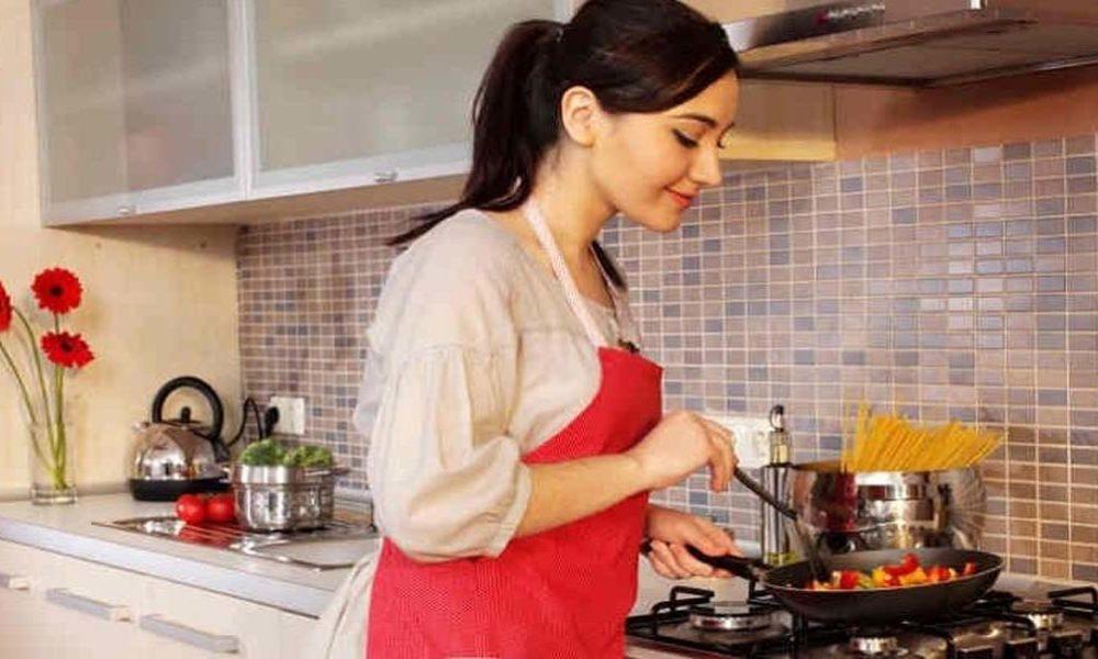 Мужчина шокирует свою жену, когда начинает кричать на нее на кухне. Тогда он говорит ей это!