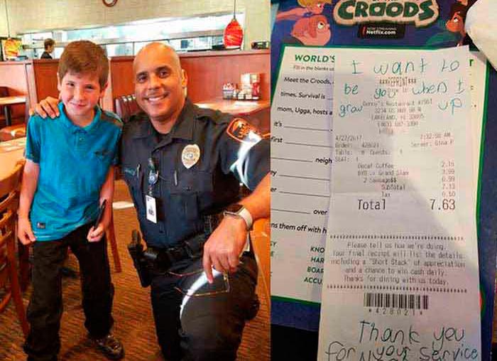 Маленький мальчик тайком передал записку для полицейского. Он читает сообщение и быстро поднимается с места!