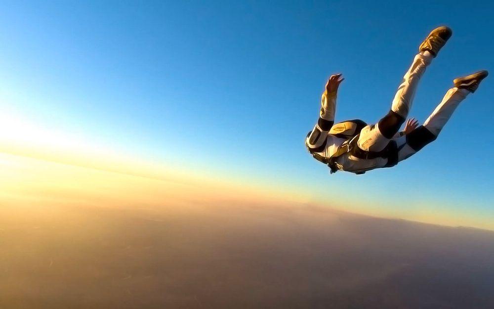 Мужчина впервые собирается прыгать с парашютом, но в небе его ждет невероятная встреча!