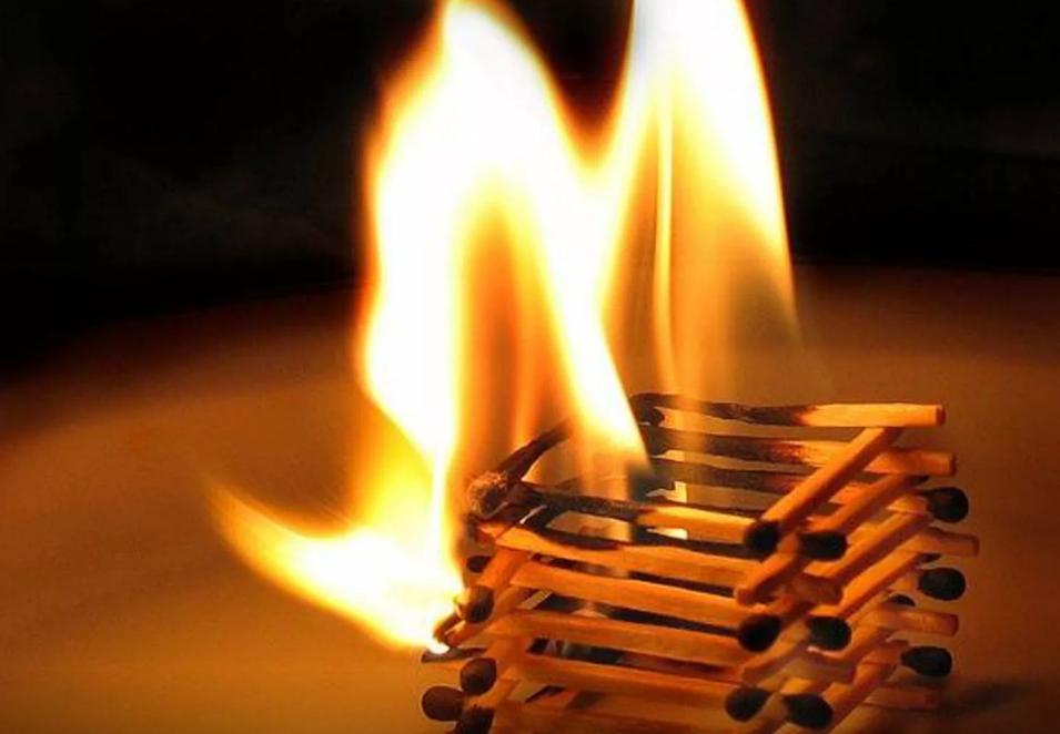 Этот парень был шокирован, когда понял, что горит дом его друга. Но то, что произошло дальше — он явно не ожидал!