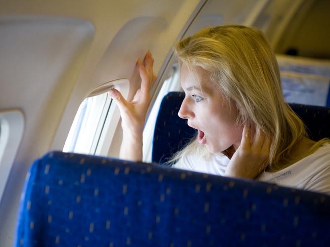 Красивая женщина устраивает хаос в самолете. Отличное решение пилота шокирует всех!